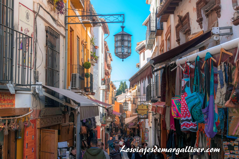 una de las calles mas comerciales del Albaicín, visitar Granada - Los viajes de Margalliver